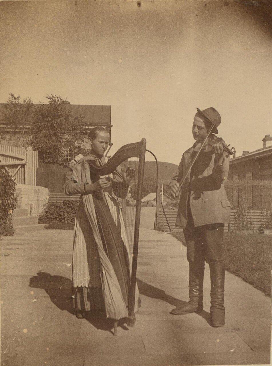 Уличные музыканты с арфой и скрипкой на верхнем дворе дома Смита, 1899