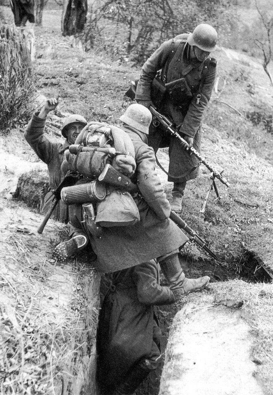 1941. Битва за Москву. Немецкие солдаты захватили русских военнопленных в траншее