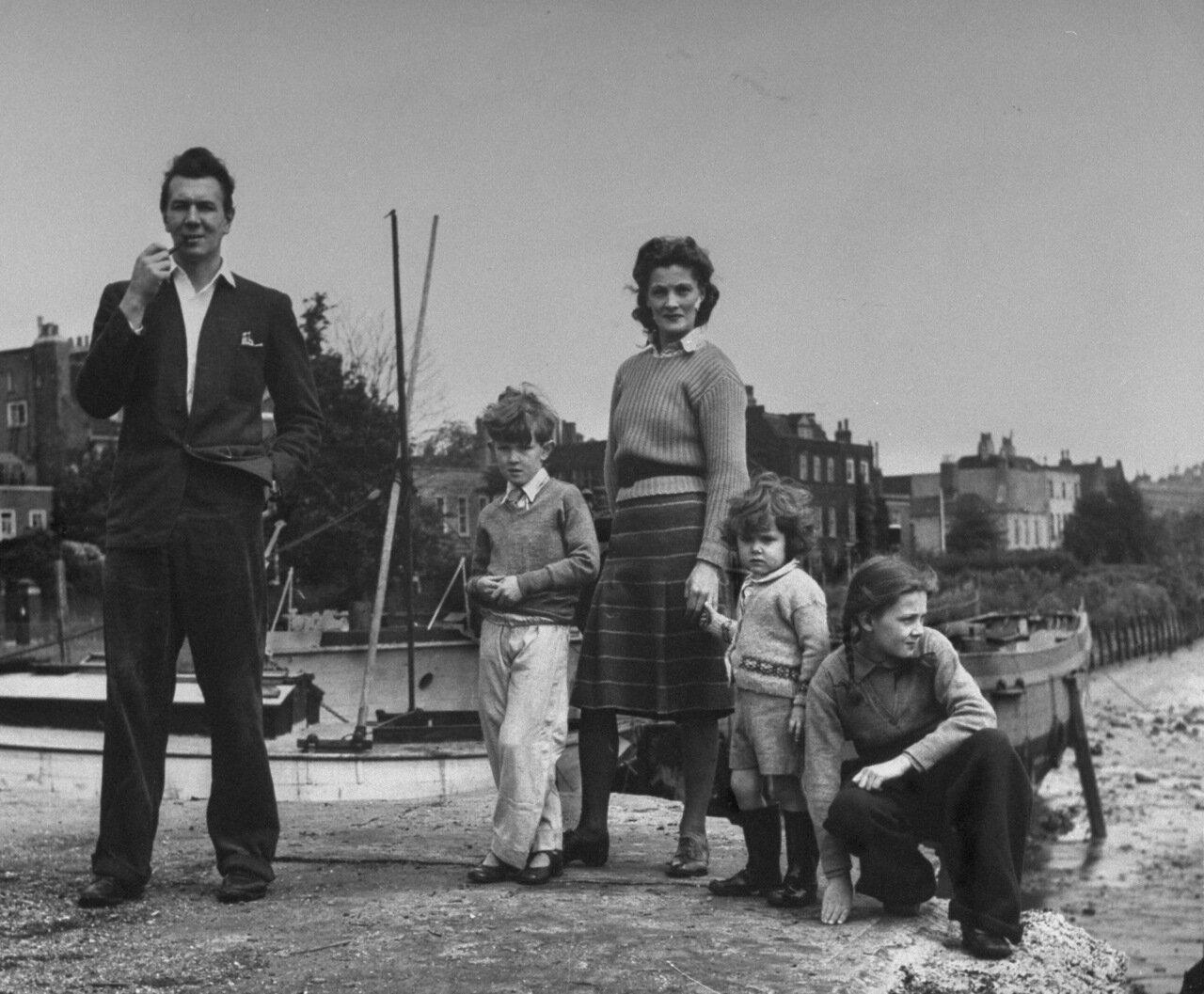 1946. Июнь. Актер Майкл Редгрэйв с женой Рэйчел Кемпсон и детьми Корином, Ванессой и Линн на берегу Темзы около их дома.