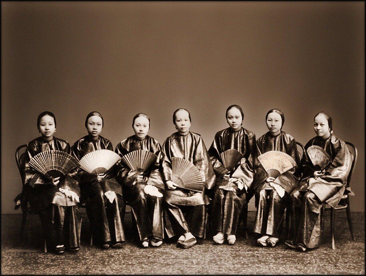 1880. Группа китайских женщин с веерами, Кантон