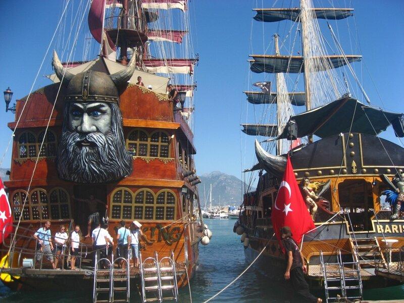 Морской порт в Алании - пиратские корабли и набережная у гавани - Храмы, Техника, Порт, Пальмы, Море, Маяк, Города, Водопады - turkey, alanya