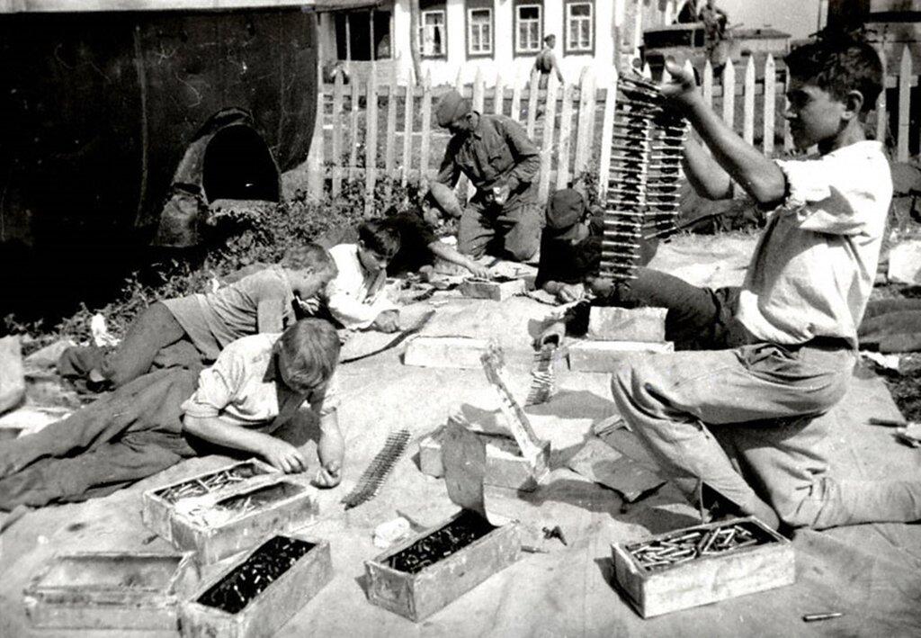 Ученики школы прифронтового села за набивкой патронных лент для советской авиачасти. 1942 г.