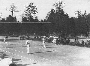 Зрители наблюдают за игрой в теннис