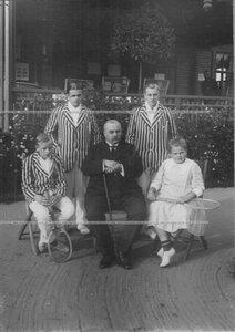 Председатель лаун-теннис клуба А.Д.Макферсон с детьми. Стоят - Роберт Артурович Макферсон III и Артур Артурович Макферсон II