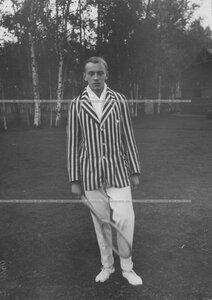 Сын председателя Лаун-теннис клуба А. Д. Макферсона - Артур Артурович Макферсон II с теннисной ракеткой