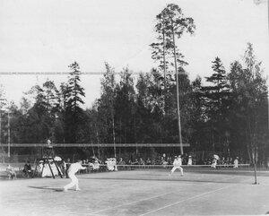 Состязания членов Крестовского Лаун-тенис клуба на площадке