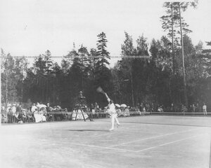 Игрок отбивает мяч ракеткой