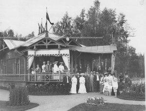 Группа членов Крестовского Лаун-теннис клуба у дома в Крестовском парке