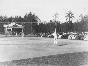 Один из моментов игры членов Крестовского Лаун-теннис клуба на площадке