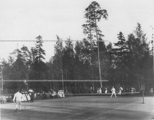 Игра теннисистов на площадке Крестовского Лаун-теннис клуба