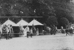 Император Николай ii и цесаревич Алексей у царской палатки во время парада полка.