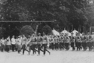 1-ая рота полка проходит церемониальным марошем во время парада полка.