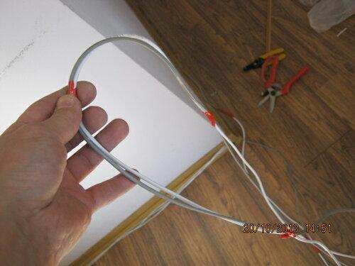 Для удобства прокладки проводов в канале плинтуса скрутил их изолентой