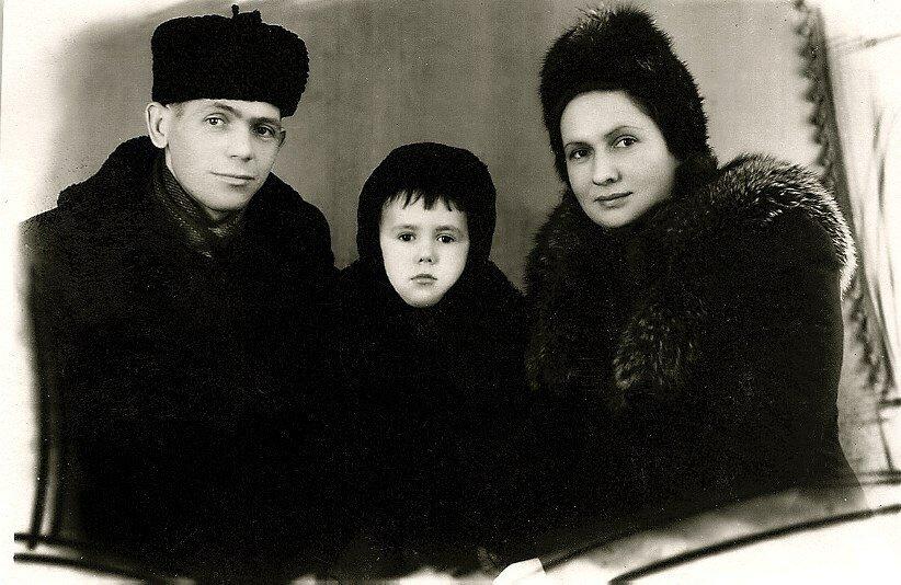 С папой и мамой. Юрий, Нина и Стасик Садальские.