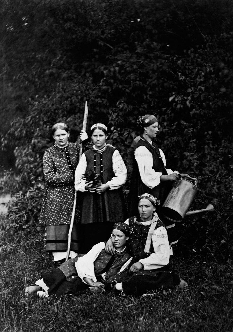 Пять крестьянок в традиционных одеждах. Юг России.1900 г.