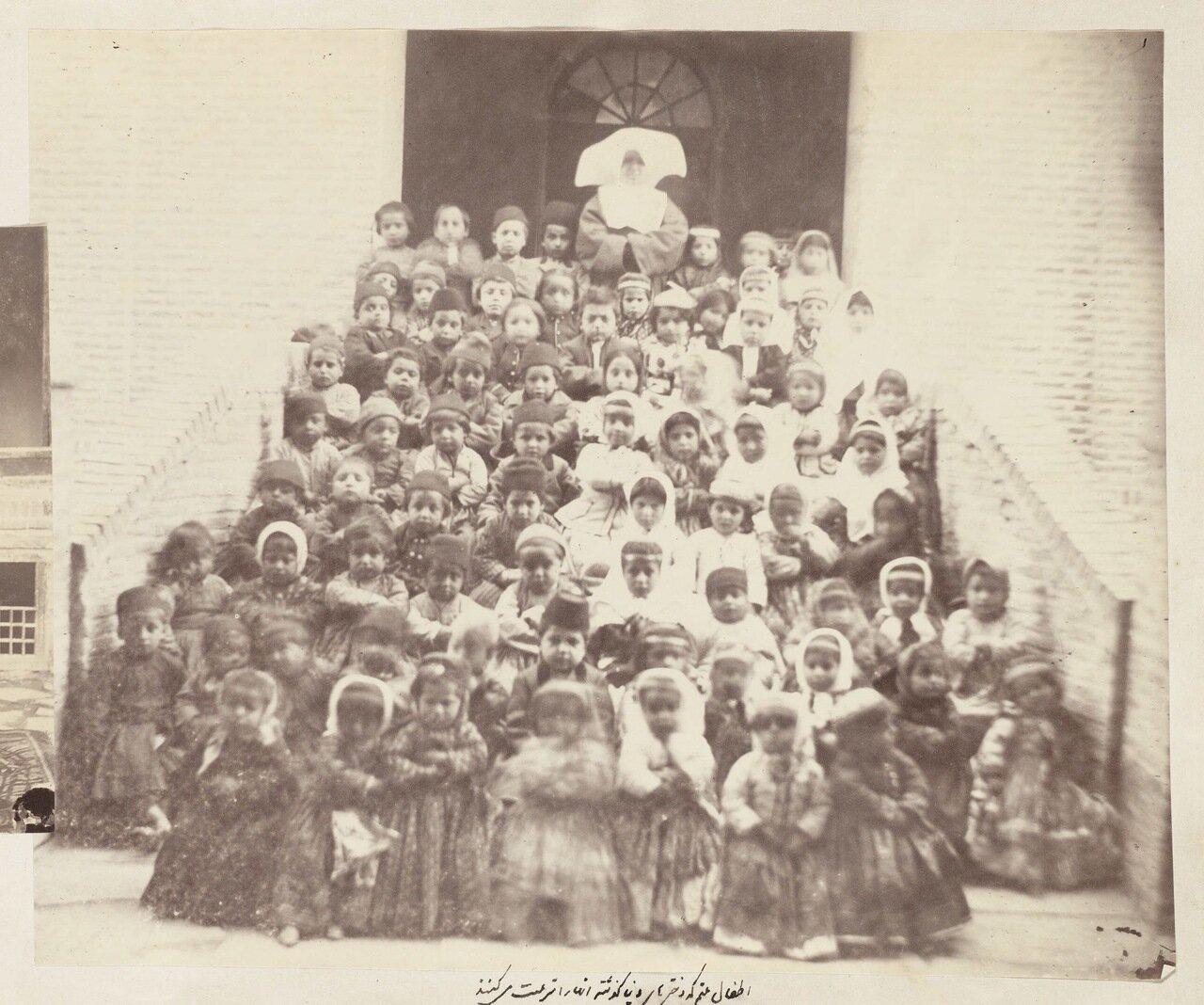 Групповой портрет детей-сирот и монахинь
