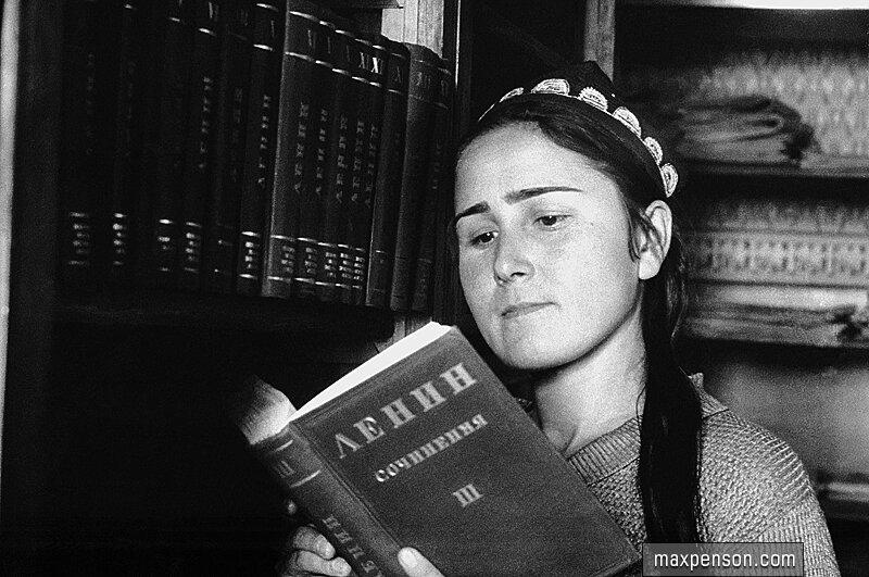 Девушка читающая Ленина
