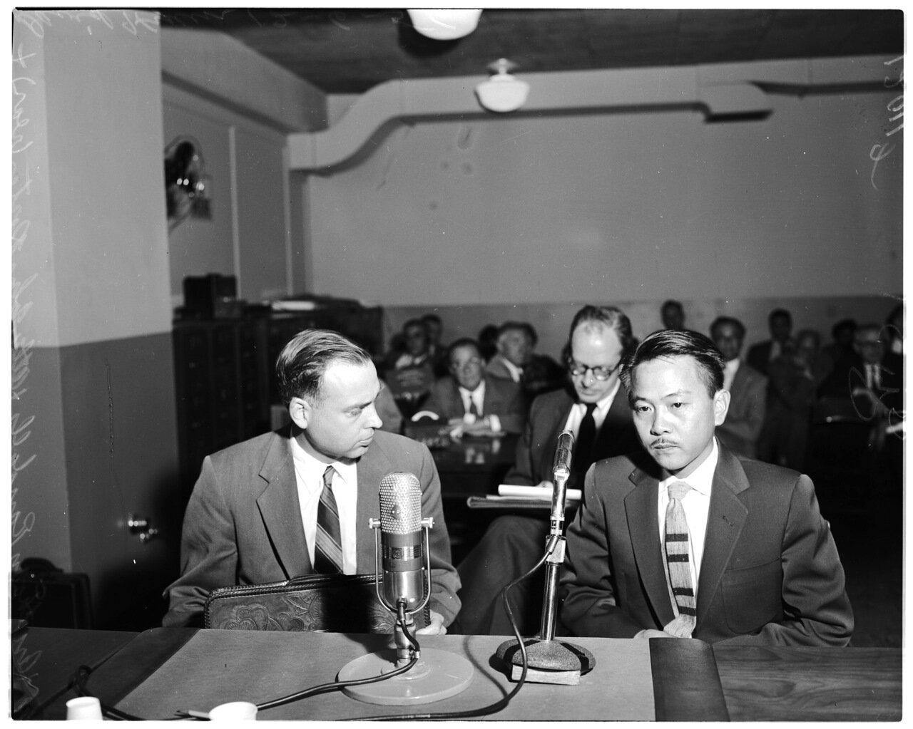 1956. 6 декабря. Комиссия по расследованию антиамериканской деятельности. Прокурор Энтони Б. Рэнделлс, адвокат Джон Портер (сзади), Дэвид Хен, свидетель (кореец)