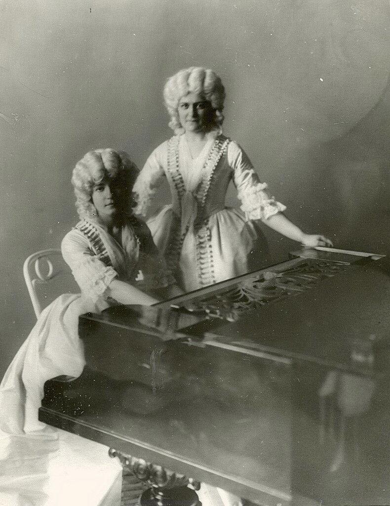 61. Воспитанницы Смольного института у рояля