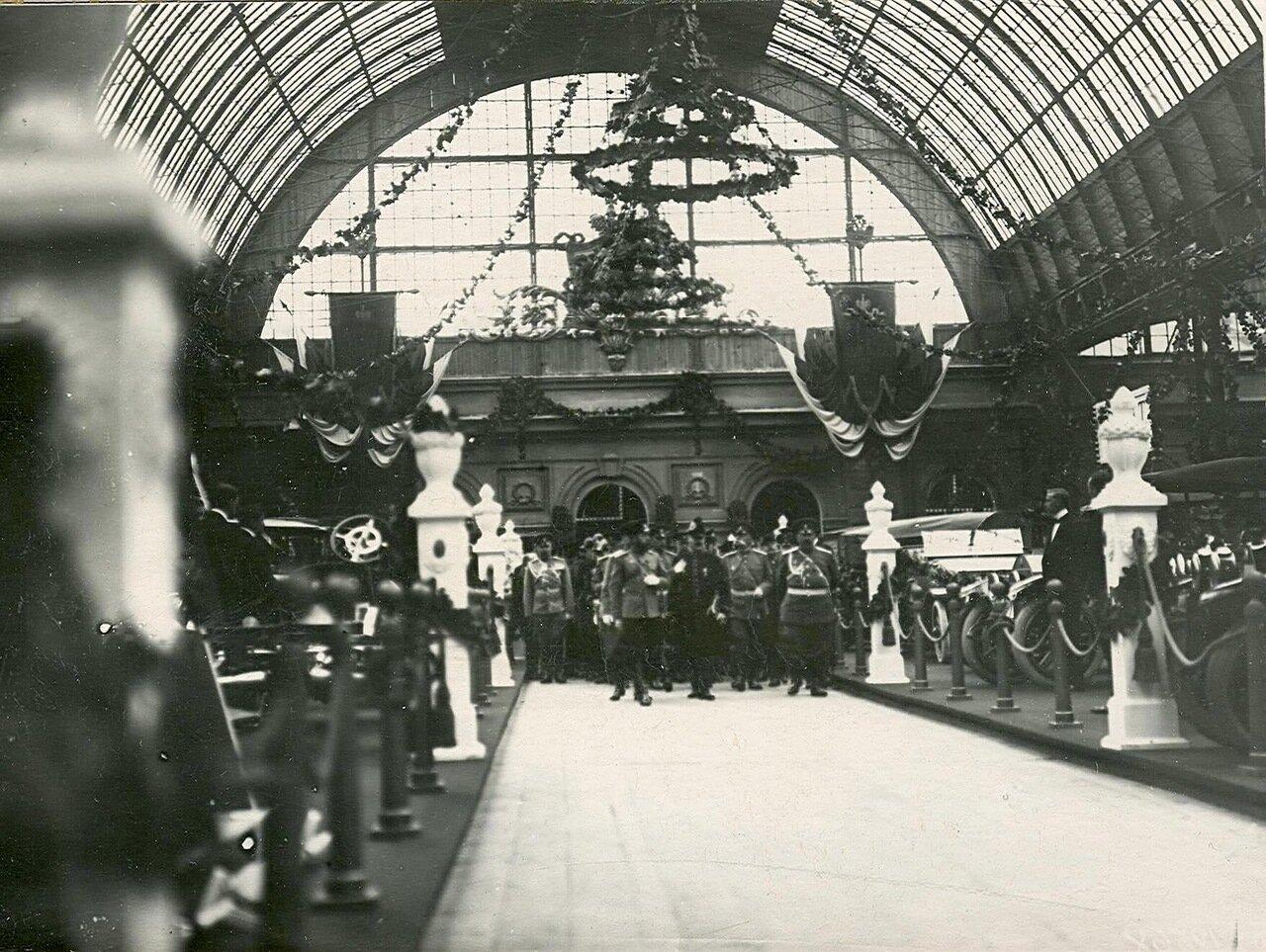 08. Император Николай II с группой генералов осматривает выставку
