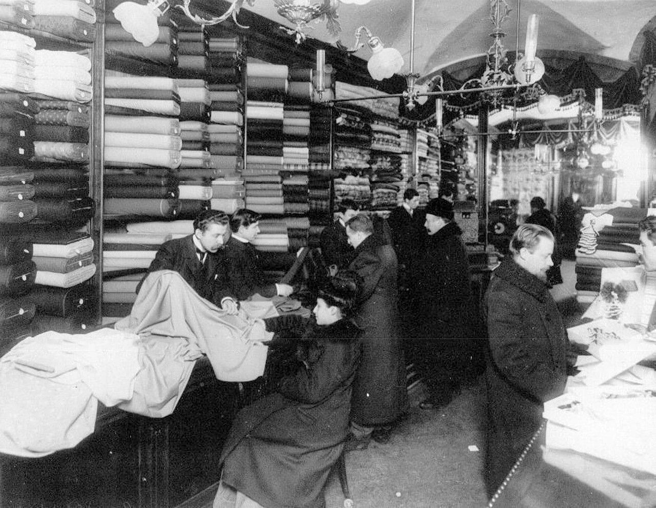 01.  Внутренний вид мануфактурного магазина Au printemps (бывший Аравин) во время торговли. (Мебельный ряд, Екатерининский канал, пом.29-30)