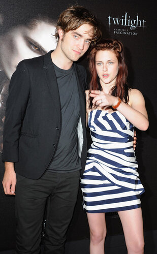 PARIS - DECEMBER 08: Actor Robert Pattinson (L) and Actress Kristen Stewart (R) pose during a photocall for the Catherine Hardwicke's film