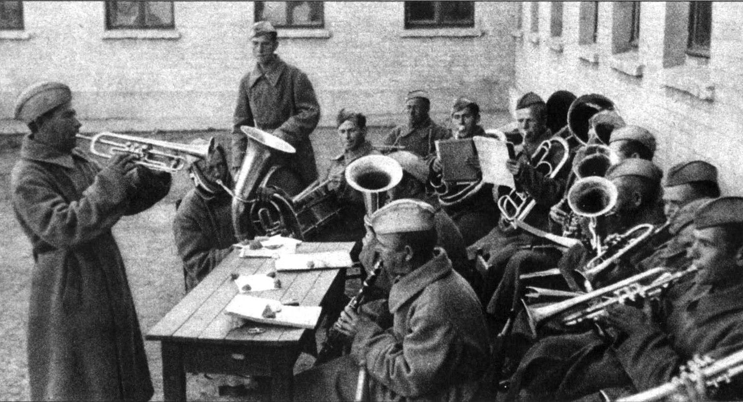 Украинский духовой оркестр разучивает немецкие марши.