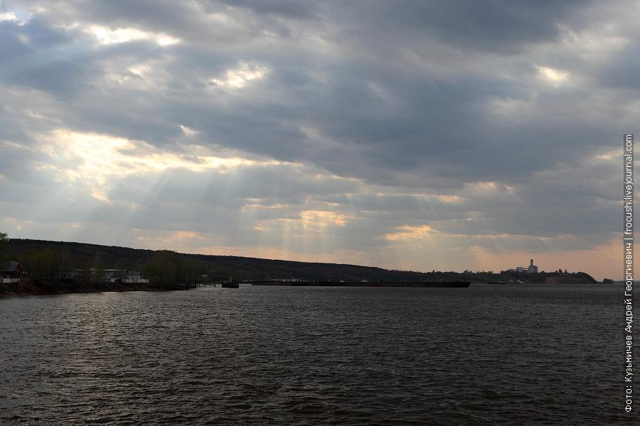 картинка пробивающихся сквозь дырки в облаках лучей солнца