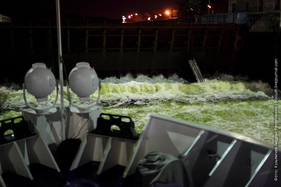 заполнение камеры шлюза №3 КиМ ночное фото