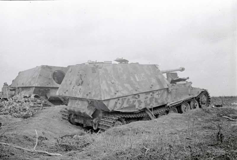 Вид подбитых немецких самоходных орудий