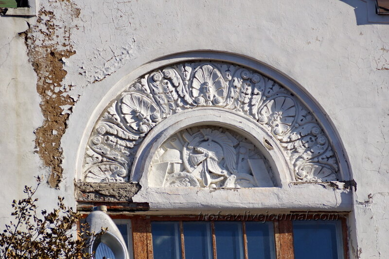 Над главным входом, Усадьба Любвино, Тучково