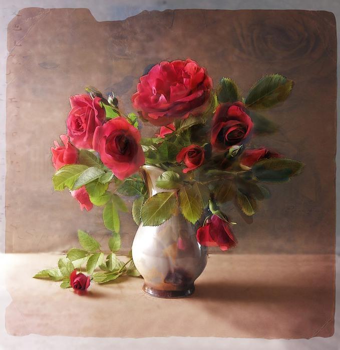 Розы в вазе, одна - упала на стол