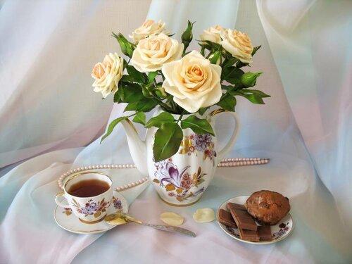 Букет чайных роз в чайнике открытка поздравление картинка