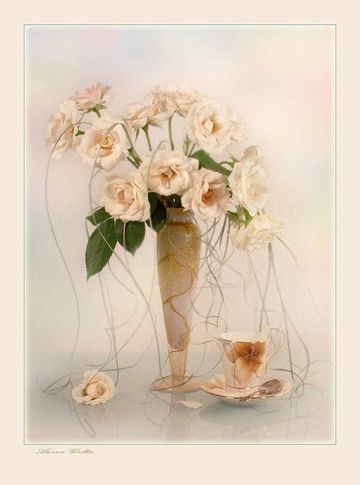 В изящной вазе букет белых роз