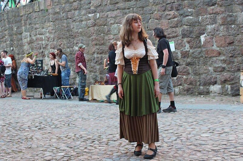 девушка в баварском платье на фестивале «Майское дерево 2014»