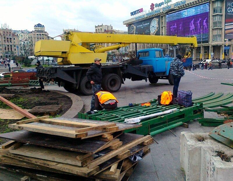 Начался монтаж главной елки Киева