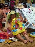 Отдыхающие на пляже дамы