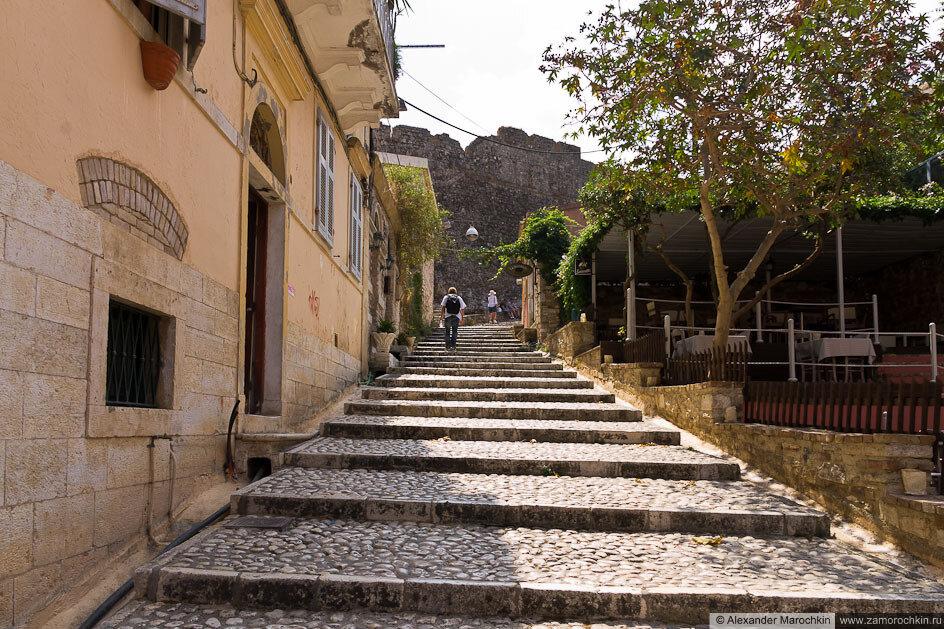 Ступенчатая мостовая в Керкире, Корфу, Греция