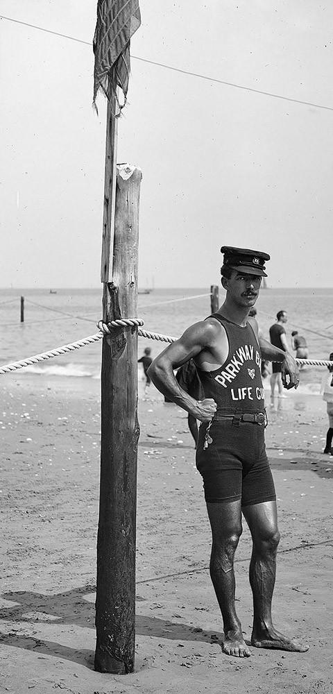 Спасатель на пляже, 1920-ые годы.