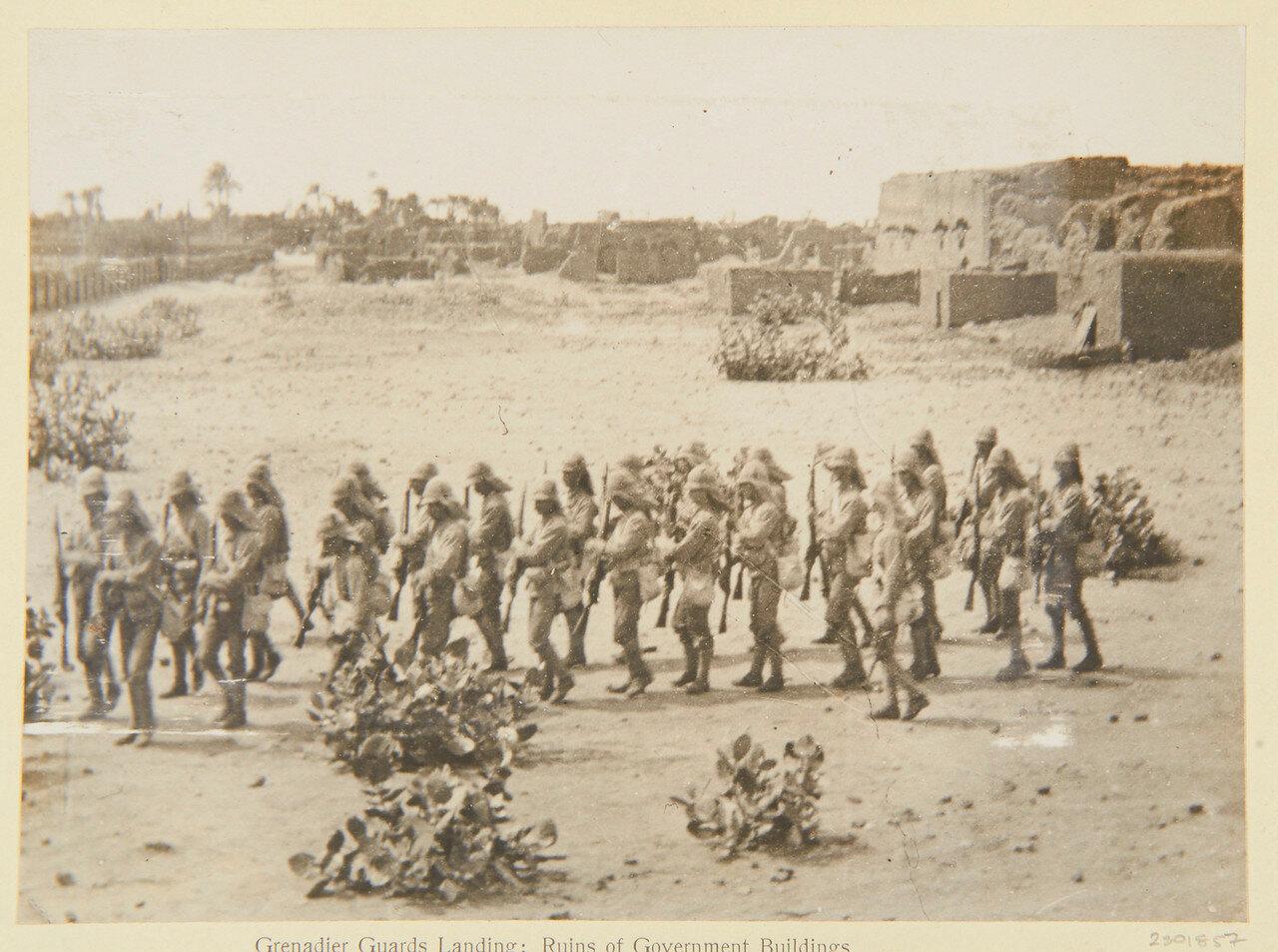 Хартум. 4 сентября. Солдаты Гренадерского гвардейского полка возле руин правительственных зданий