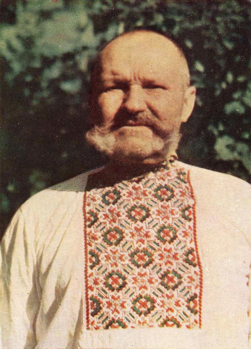 Пожилой человек в сорочке с вышитой гладью манишкой. Село Лисовичи Таращанского р-на Киевской обл. Фото 1957 г.