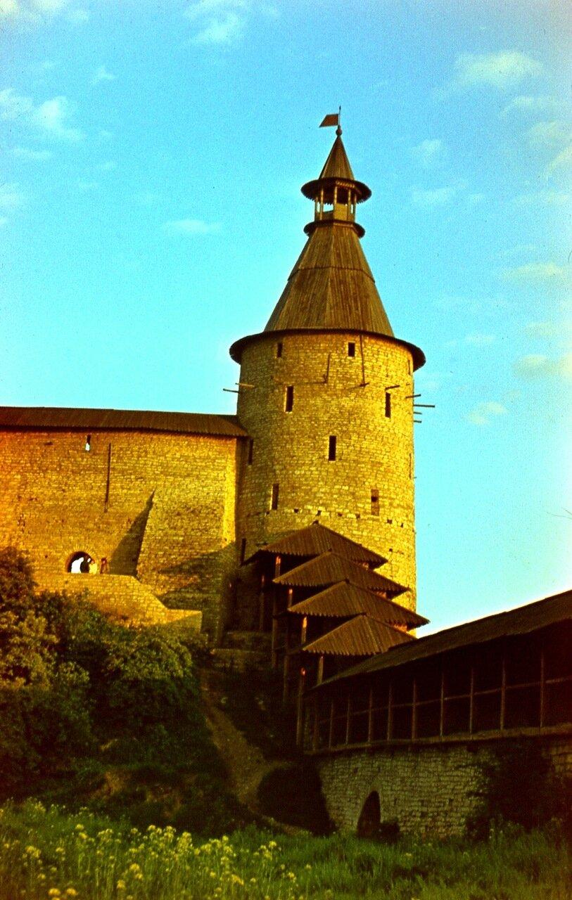 9. Наугольная башня