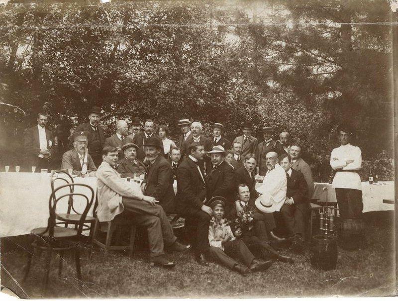 Семья иркутских купцов Белоголовых на пикнике. Окрестности Иркутска, 1910-е годы