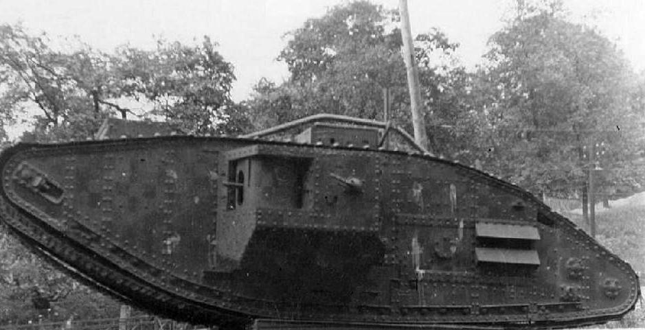 Английский танк Mk.V «Риккардо» в сквере на улице Кирова (сейчас улица Грушевского и Музейный переулок). Киев, 1941 год.