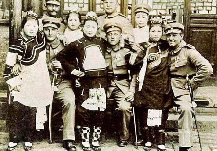 Солдаты-европейцы с китайскими женщинами после взятия Пекина