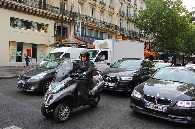Крутой мотоциклист в Париже!