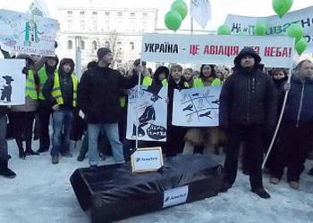 Демонстранты принесли гроб к резиденции Януковича