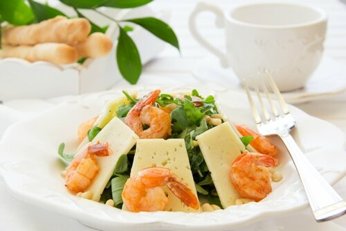 Salad with arugula, shrimp and parmesan cheese.