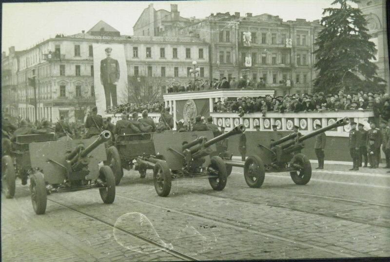 Орудия ЗИС-3 на военном параде 1 мая 1945 года.