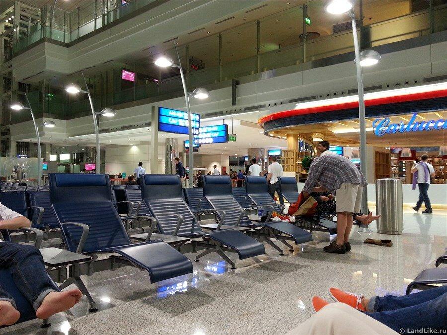 Зал ожидания в аэропорту Дубая